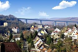 Blick über Marktbreit auf die Autobahnbrücke